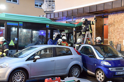 В Германии автобус со школьниками врезался в жилой дом