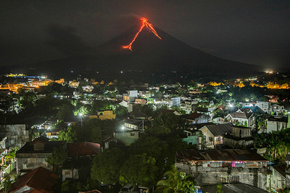 """Тысячи филиппинцев сбежали от потоков лавы и вулканического """"фейерверка"""""""