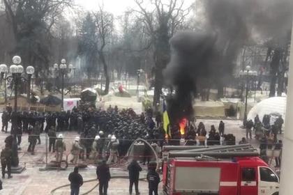 Перед зданием парламента Украины сожгли российский флаг