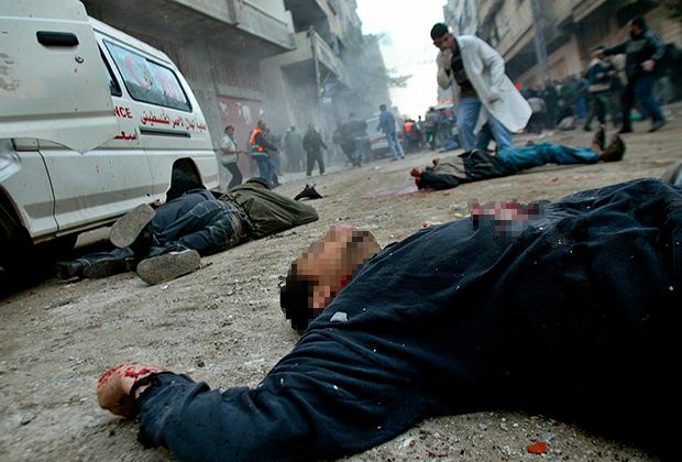 В результате военных действий с обеих сторон гибнут местные жители