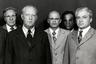 На этом снимке пожилой мужчина на переднем плане, вероятно, ассоциирует себя с французским лидером Шарлем Де Голлем. А крайний справа явно похож на актера Кэри Гранта.