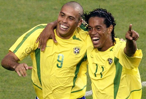 Роналдо (слева) и Рональдиньо