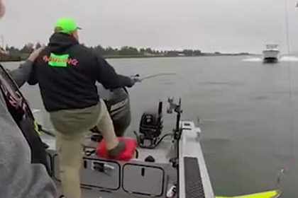 Рыбаки спаслись от смерти под катером за секунды до столкновения
