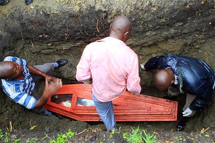 ВАфрике мертвая женщина родила вгробу