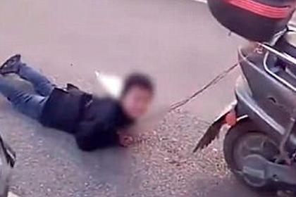 Китаянка привязала непослушного сына к скутеру и таскала по городу