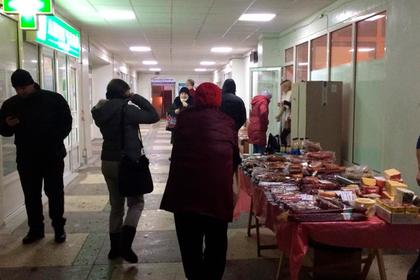 В киевских поликлиниках начали торговать колбасой