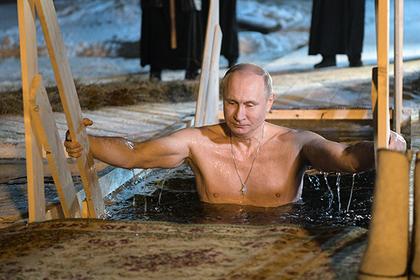 Путина в тулупе засняли перед купанием в проруби на Селигере
