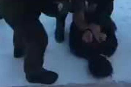 Опубликовано видео задержания напавшего на школу бурятского подростка