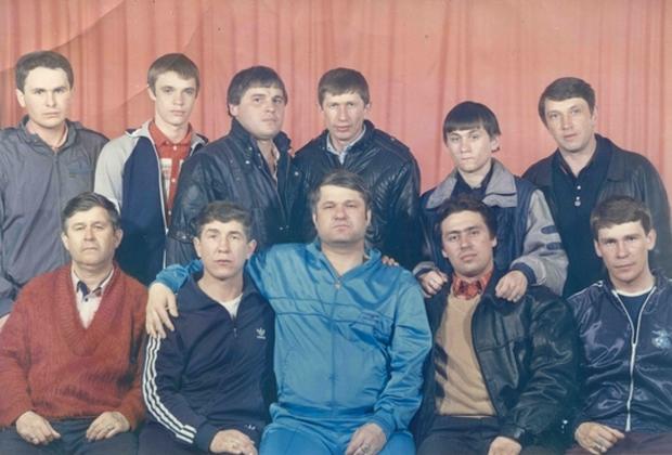 Внизу: 2) Николай Зыков (Якутенок), 3) Евгений Васин (Джем), 4) Александр Волков (Волчок), 5) Эдуард Сахнов (Сахно); вверху: 4) Толик Гусь, 5) Виталий Турбин (Турбинка). Комсомольск-на-Амуре