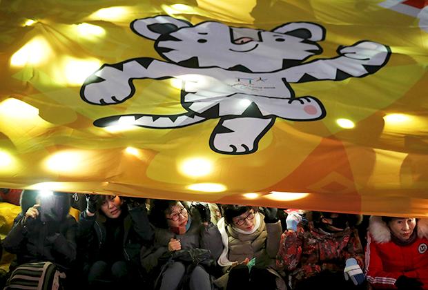Полотнище с изображением белого тигра Сохорана, маскота Олимпийских игр в Пхенчхане