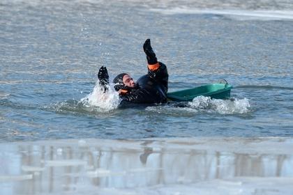 Пенсионер ушел под лед и сам позвонил спасателям