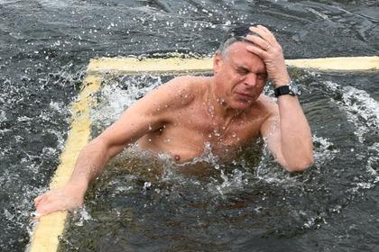 Посол США в России принял участие в крещенских купаниях