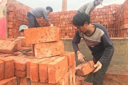 Китайский фабрикант навалил рабочим кирпичей вместо зарплаты