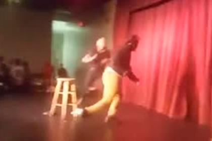 Фанат попытался убить американского комика стулом