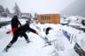 Альпийский курорт завалило снегом. За несколько дней выпало рекордное количество осадков. Городские службы борются со стихией, чтобы гости форума чувствовали себя комфортно.