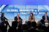 Глава биржи Nasdaq Адена Фридман, глава Blackstone Group Стивен Шварцман, редактор-корреспондент мировых рынков Fox Business Мария Баршеромо и глава Bank of America Брайан Мойнихен в ходе панельной сессии «Глобальные рынки в разделенном мире».