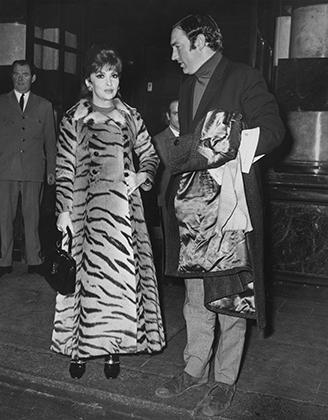 Актриса Джина Лолобриджида в шубе из тигра (1970)