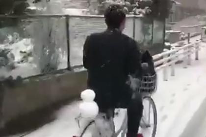 Одинокий японец покатал снежную подругу на велосипеде и прославился в сети