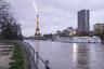 Движение по автомобильным дорогам вдоль реки прекращено от восточной части Парижа до Эйфелевой башни.