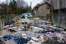 К жилым домам прибило мусор.