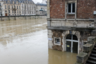 Остров Сен-Луи посреди Сены практически полностью ушел под воду, жители первых этажей эвакуированы.