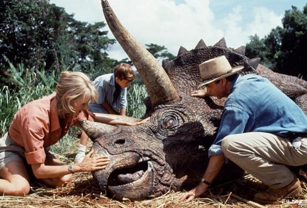 Об опасностях клонирования древних животных предупреждает Майкл Крайтон в романе «Парк юрского периода», по мотивам которого снят одноименный фильм