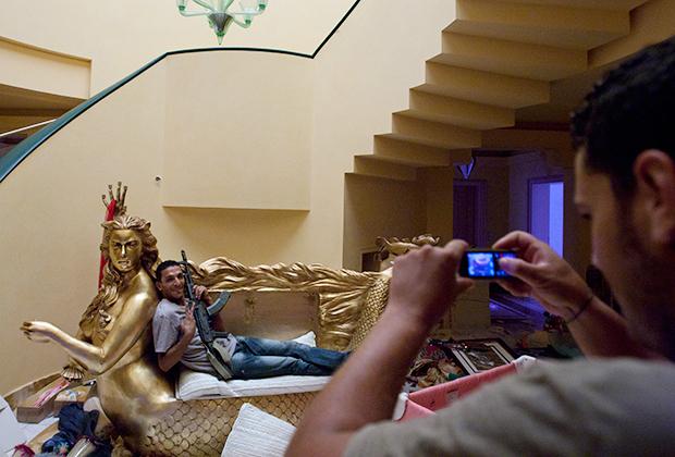 Знаменитый золотой диван в форме русалки