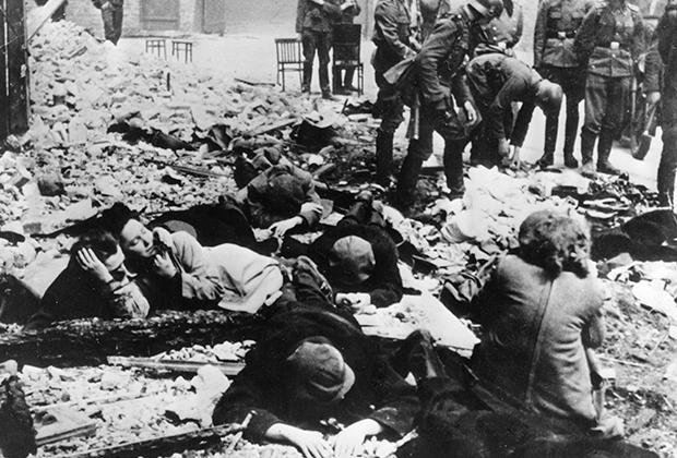 Евреи после неудачного восстания в Варшавском гетто