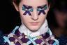 Голландский дуэт уже давно специализируется на авангардной моде, которая удивительным образом органично смотрится и на улицах. На сей раз Виктор Хорстинг и Рольф Снорен сделали акцент на «плетеных» паттернах — в том числе и в макияже.