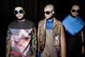 Бельгийский дизайнер Вальтер Ван Бейрендонк создавал когда-то костюмы для турне PopMart группы U2 и, видимо, вот уже 20 лет не может отделаться от приятных воспоминаний.