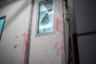 Дверь, отделяющая рабочую камеру, где происходит обработка забитого оленя, от холодильного помещения для туш, готовых к транспортировке на склад, испачкана кровью.
