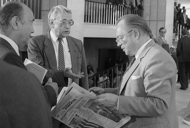 Российский журналист и писатель Егор Яковлев (в центре) и Николай Шмелев (справа)