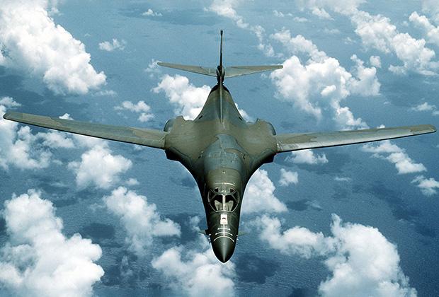 Американский сверхзвуковой стратегический бомбардировщик с крылом изменяемой стреловидности B-1 Lancer