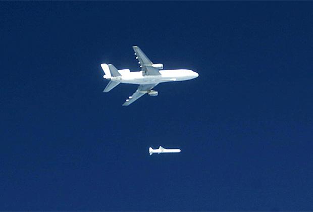 Запуск легкой крылатой ракеты-носителя Pegasus с корабля-носителя L-1011 TriStar