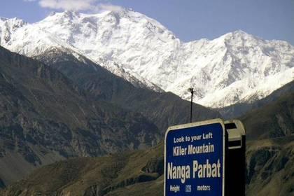ВГималаях навысоте 7,4 тыс. мзастряли двое альпинистов