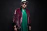 Бессменный гитарист The Rolling Stones одевается с богемно-миллионерской небрежностью. В отличие от коллег по группе, на восьмом десятке все же перешедших на более солидные пиджаки, 74-летний музыкант не прочь надеть бархатный бомбер Saint Laurent с ярким шарфом.