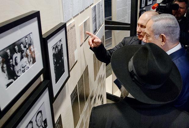 Путин и Нетаньяху во время осмотра выставки «Собибор: победившие смерть», посвященной единственному успешному в истории Второй мировой войны восстанию пленных в нацистском концлагере Собибор