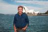 75-летний актер выбирает романтически-свободный стиль в духе своего самого знаменитого киноперсонажа— археолога Индианы Джонса: рубаха из синего денима, черные джинсы и солидные, но неброские часы.