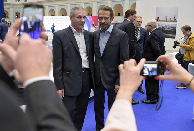 Актер Владимир Машков (справа) во время встречи