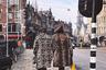 «Хотя модные тренды приходят и уходят, некоторые вещи остаются вечными. Классика вроде леопардового принта прекрасно выглядит на этих милых леди с улиц Амстердама», — так описал этот кадр фэшн-фотограф Нуриэль Молчо.