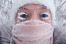 """Селфи Анастасии Груздевой из Якутска обошло весь мир. При минус 47 градусах ресницы быстро покрываются инеем, но это, по мнению девушки, не беда. Якутская зима плоха не холодами, а нехваткой солнечного света.  «Мы можем не видеть солнца месяцами, это нормальное явление. Если при этом еще и не выезжать за город, тяжело переносится скорее не сам мороз, а продолжительное отсутствие солнечного света», — <a href=""""https://lenta.ru/articles/2018/01/24/holod/"""" target=""""_blank"""">рассказала</a> она «Ленте.ру»."""
