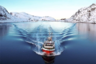 Немецкий кинематографист Деннис Шмейц, снявший рыбацкое судно в Норвегии, любит съемку с дрона по той же причине. «Похоже на живопись, — говорит он. — Отражение в воде, спокойное море и заснеженный ландшафт — все идеально подходит друг к другу».