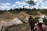 В Бока Колорадо понимают, что Амазонка гибнет не без их помощи. Местные старатели используют ртуть для добычи золота, в результате токсичный металл попадает в воду и отравляет реки. Ситуация настолько тяжелая, что в 2016 году власти Перу объявили в отравленных джунглях чрезвычайное положение.