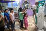 Это последняя месса падре Пабло в Бока Колорадо. Напоследок старый священник поливает прихожан святой водой из пластиковой бутылки. Его путь лежит в город Пуэрто-Мальдонадо на границе с Бразилией. Отсюда до него почти 130 километров.