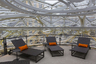 В самой верхней точке офиса размещена специальная зона отдыха для сотрудников: там среди растений установлены шезлонги.