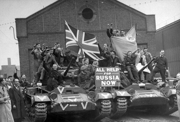 Рабочие британского завода на изготовленных ими танках «Валентайн» для Красной армии с надписью «Вся помощь для России прямо сейчас». 22 сентября 1941г.