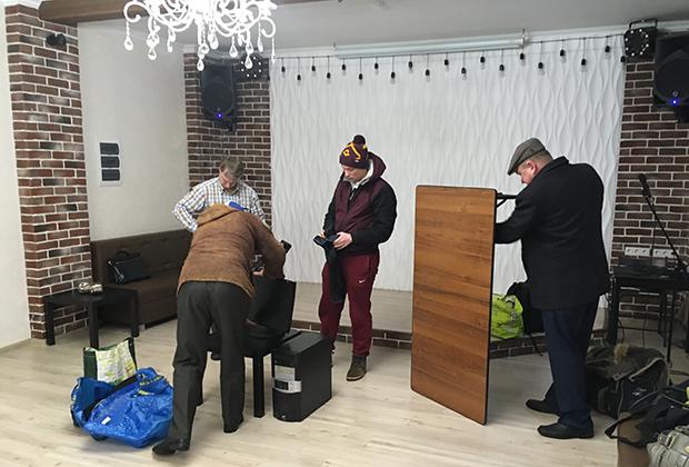 Сергей Тараскин и его товарищи готовятся к началу мероприятия
