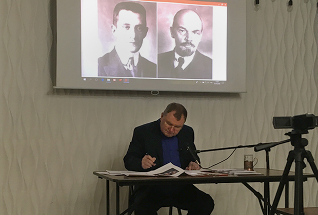 Сергей Тараскин под портретами Керенского и Ленина