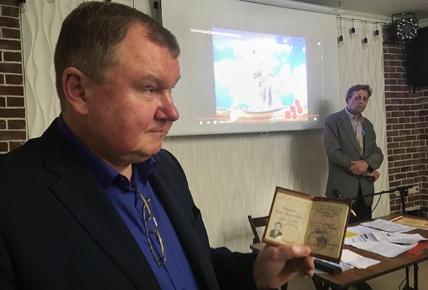 Сергей Тараскин показывает свой советский военный билет, на основе которого объявил себя врио президента СССР