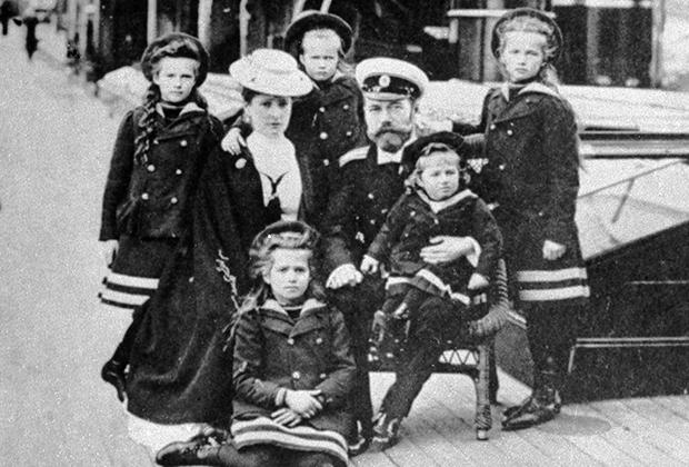 Николай II Романов с семьей